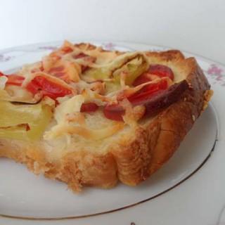 Qızarmış çörəkli sadə pizza