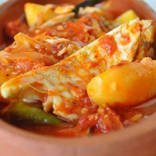 Fırında pomidor soslu balıq