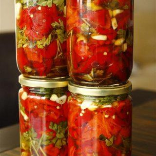 Közlənmiş qırmızı bibər konservi