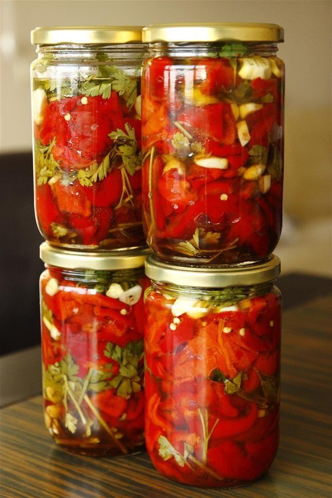 Közlənmiş qırmızı bibər konservası