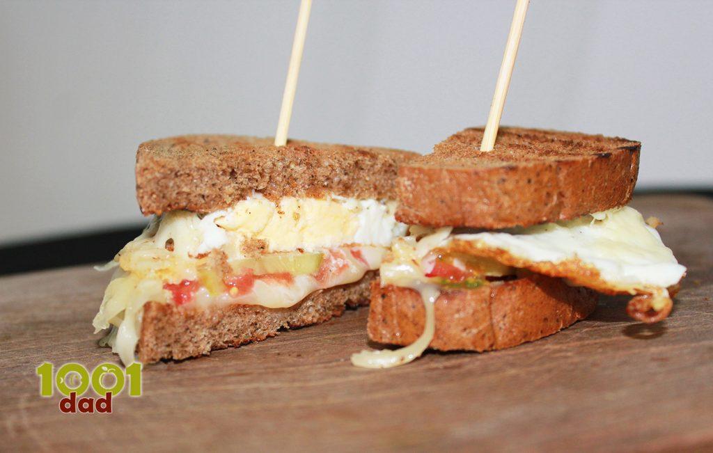 Kəpəkli çörək ilə pendirli yumurtalı sendviç
