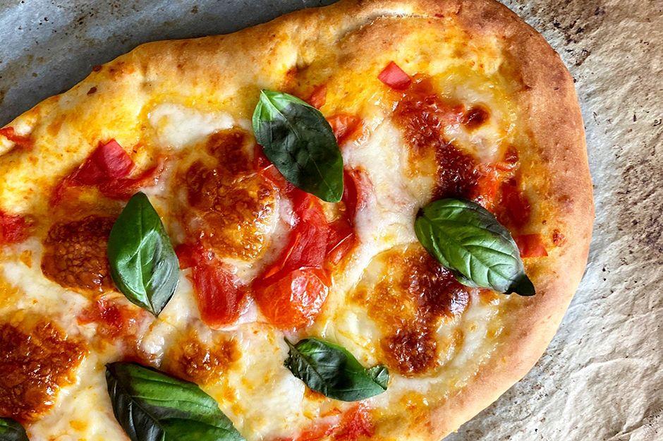 İtaliya mətbəxindən Neapolitan pizza