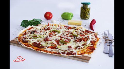 Hazır yuxayla acılı pizza.